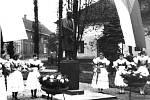 Slavnostní odhalení pomníku T. G. Masaryka ve Vlkoši v roce 1968. Pomník nechal postavit továrník Ladislav Daněk.
