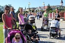 Běh, protažení i posilování. Přerovské maminky cvičí v parku Michalov dvakrát týdně.