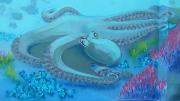 V Lipníku mají moře – podmořský svět připomínají malby na jedné ze stěn v areálu místního koupaliště.