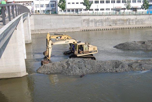 Pracovníci Povodí Moravy začali bagry rozhrnovat nánosy štěrku a čistit koryto řeky Bečvy v Přerově. Odstávka na jezu potrvá až do 27. července.