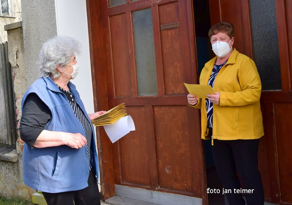 Starší občané Brodku u Přerova dostali ve čtvrtek 25. února  respirátory FFP2.