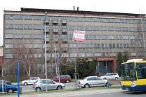 Na své využití marně čeká také bývalá armádní budova v Čechově ulici, ale někteří považují za naprosté zoufalství i vzhled budov v okolí nádraží. Podle Českých drah už jsou některé prodány, jiné jsou stále v nabídce.