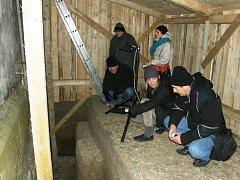Odkrytí hrobky pod zvonicí v Dřevohosticích