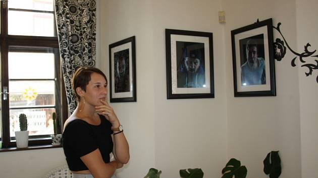 Výstava fotografií s názvem Nenávist nikomu nesluší