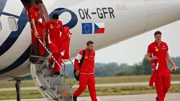 Přílet rakouské fotbalové reprezentace na letiště v Bochoři