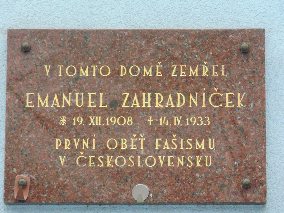 Pamětní deska Emanuela Zahradníčka na náměstí Svobody v Přerově
