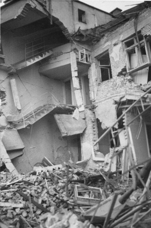 Pohled na dům pana Vavřiny v Kosmákově ulici, zničený blízkým dopadem letecké pumy při bombardování Přerova 20. 11. 1944.