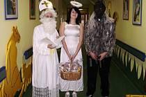 Na dětské oddělení přerovské nemocnici přišli v pondělí obdarovat malé pacienty Mikuláš s čertem a andělem.