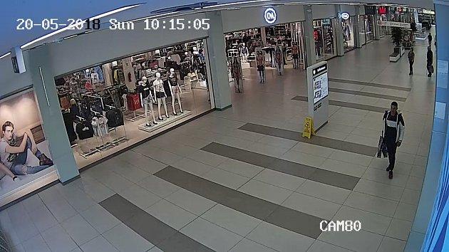 Zloděj ukradl v Galerii Přerov 23 kusů oblečení