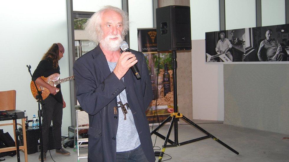 Vernisáž výstavy Jindřicha Štreita (na snímku) Tichá nemoc v Galerii Přerov