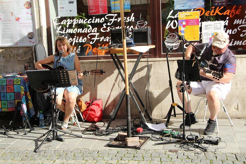 """Přerované zažili v sobotu město jinak, než jsou zvyklí - v Pasáži hrála hudba, do kaváren se přenesly výstavy obrazů a ve Wilsonově ulici se lidé mohli zapojit do společné tvorby """"koberce sounáležitosti"""". Program probíhal na několika místech ve městě - mi"""