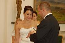 """Tři páry snoubenců si řekly své """"ano""""v pátek 11. 11. 2011. Magické datum přilákalo do obřadní síně Přerovského zámku také novomanžele Steiningerovy (na snímku)"""
