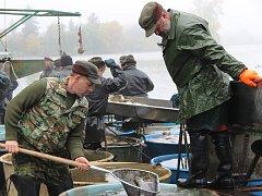 Tradiční výlov Hradeckého rybníku zlákal do Tovačova jen během sobotního dopoledne tisícovky lidí.