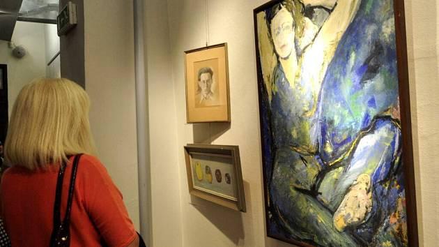 Vernisáží v Galerii města Přerova začala ve čtvrtek výstava děl známého přerovského výtvarníka Jana Chmelaře.