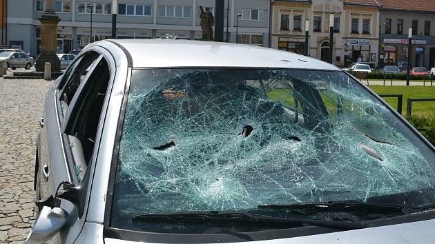 Při hromadné bitce na kojetínském náměstí bylo rozbité sklo na autě (na snímku)