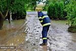 Prudké přívalové deště řádily v sobotu odpoledne na Přerovsku. Největší spoušť napáchala průtrž mračen ve Všechovicích na Hranicku, které se už před dvěma týdny ocitly pod vodou. Následky katastrofy odstraňovali lidé až do noci a pak i celou neděli.