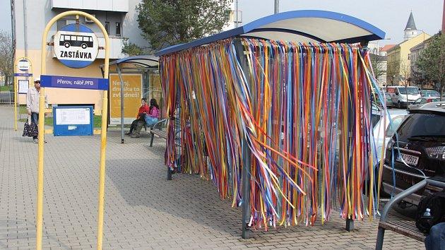 Velikonočně nazdobené autobusové zastávky mohou v těchto dnech obdivovat Přerované. Originální výzdoba se objevila i na zastávkách na nábřeží Protifašistických bojovníků nebo naproti Střední školy gastronomie a služeb v Přerově.