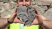 Archeologové na Helfštýně ve výkopu odkryli část komorové kachle s motivem Adama a doplnili tak chybějící střípek do mozaiky - už dříve byl totiž ve stejných místech nalezen kus kachle s motivem Evy. Hrnčířská práce pochází ze druhé poloviny 15. století.