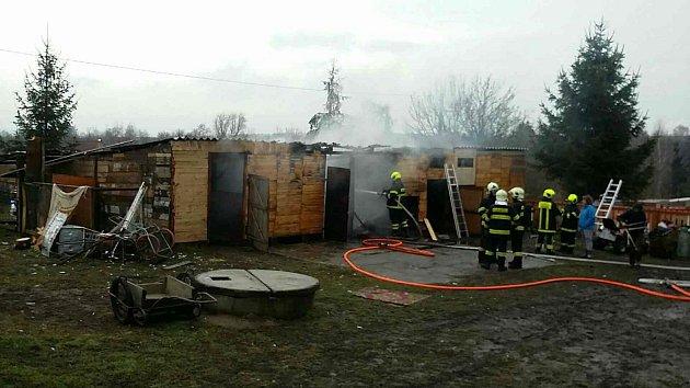 K požáru uskladněného dřeva vyjížděli na Nový rok hasiči do Polomi na Hranicku.