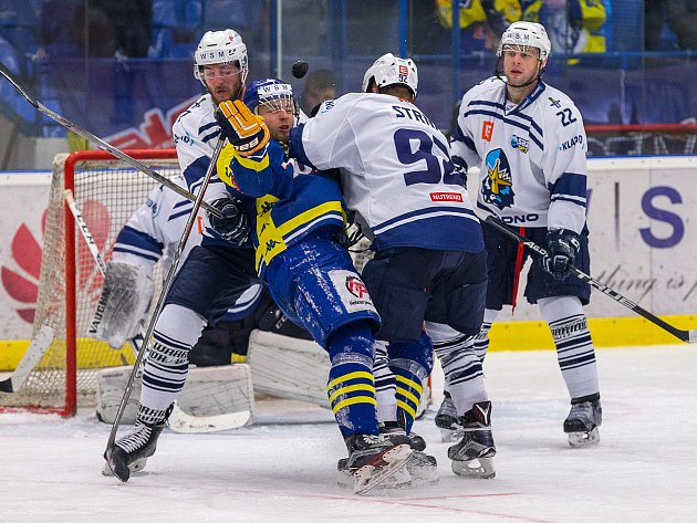 Hokejisté Přerova (v modrém) na ledě Kladna.