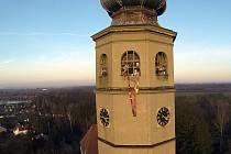 Devadesát šest metrů dlouhou šálu připentlili na devadesát šest metrů vysokou Spanilou věž tovačovského zámku organizátoři akce k Národnímu týdnu manželství Pleteme šálu pro nemocnou věž.