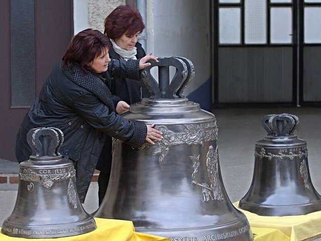 Zvony pro katedrálu sv. Víta před odjezdem do Prahy ve zvonařské dílně v Brodku u Přerova