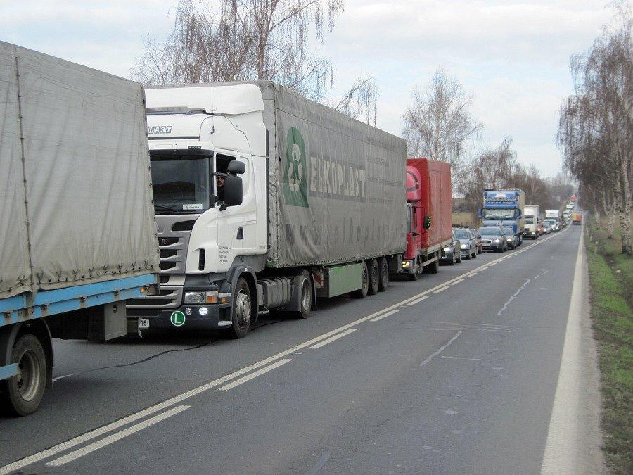 Uzavírka ulice Polní způsobila v Přerově dopravní kolaps. Kolony jsou místy až dvoukilometrové