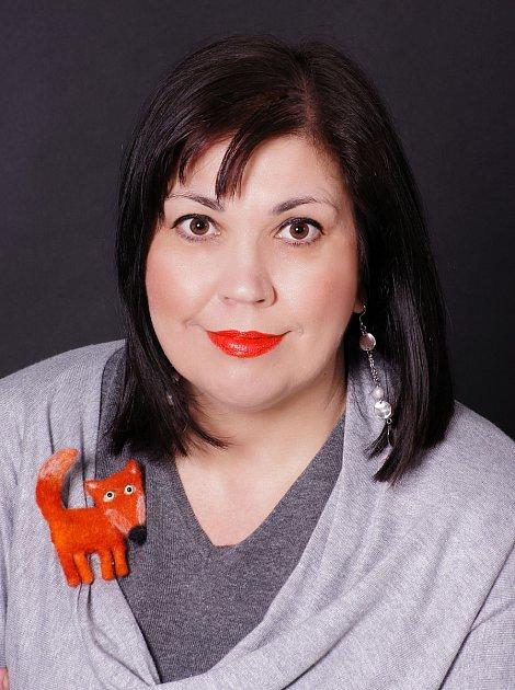 Přerovská spisovatelka Lenka Chalupová vydává novou knihu - psychologický román snázvem Liščí tanec. Inspirací pro název díla se stala její hračka zdětství - plyšová liška (na snímku autorka vdětství).