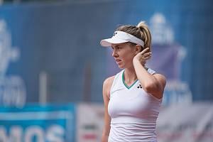 Linda Nosková (v bílém) ve finále turnaje Zubr Cup by OKsystem proti Rumunce Alexandře Ignatikové.