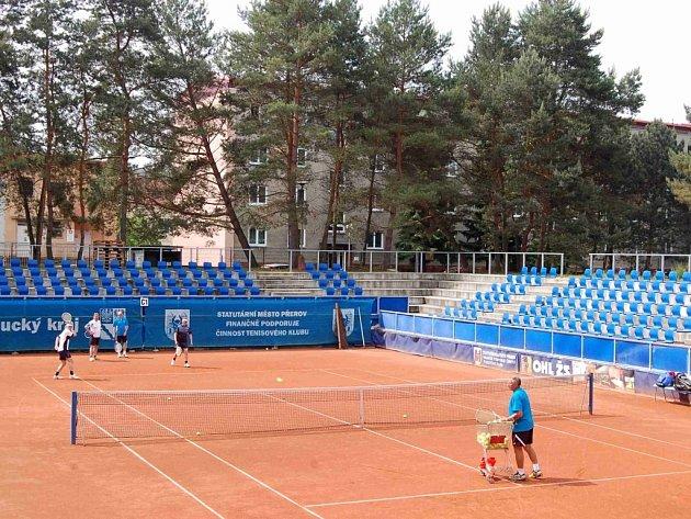 Výstavbě nové tenisové haly budou muset ustoupit vzrostlé stromy, které lemují centrální kurt