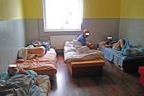 Lazaret v Dluhonské ulici v Přerově. Nemocní lidé zde žijí v nedůstojných podmínkách – takto vypadají jejich pokoje a sprchový kout