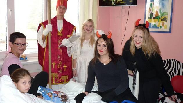 Návštěva Mikuláše u malých pacientů v přerovské nemocnici