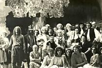 Nejznámější divadelní hru Aloise Jiráska si střihli dřevohostičtí ochotníci. Vystoupení se uskutečnilo koncem padesátých let. Soubor divadelních ochotníku je v Dřevohosticích i dnes.