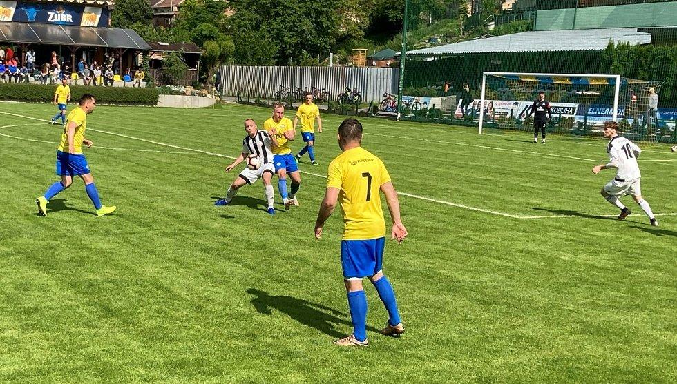 Přípravné utkání mezi Kozlovicemi (ve žlutém) a Želatovicemi.