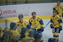 Hokejisté Přerova (ve žlutém) v přípravě proti Šumperku.