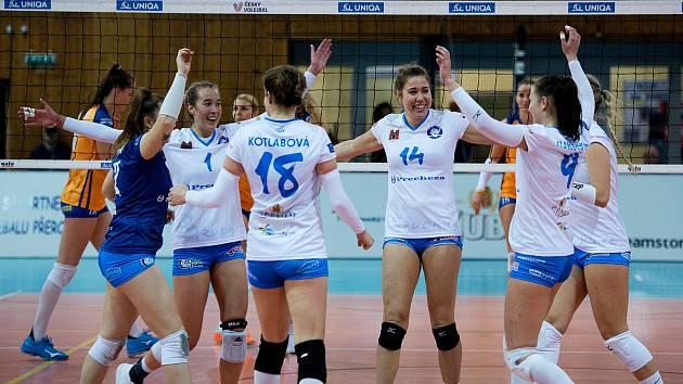 Volejbalistky Přerova (v bílém) v domácím utkání s VK UP Olomouc.