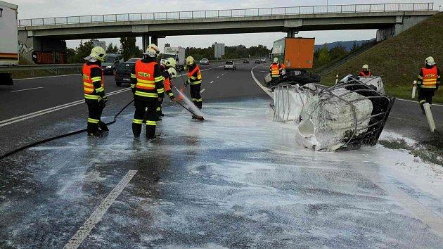 Zásah hasičů u lepidla na dálnici u Lipníku