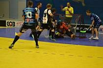 Florbalisté přerovského Spartaku střílí jeden z devíti gólů do sítě Poruby.