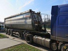 Kamion s návěsem boural v pátek odpoledne pod železničním mostem v Brodku u Přerova.