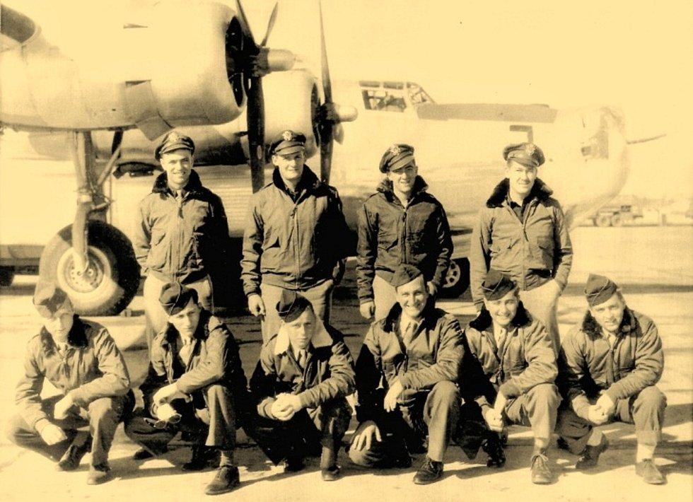 """Na snímku posádka """"Kokorského Liberátoru"""" 69, sestřeleného v bitvě nad obcí 17. 12. 1944. Letoun roztržený na dva kusy, dopadl na kokorský katastr, nedaleko mlýna Kaláb na levý a pravý břeh Olešnice. Tři letci zahynuli, sedm vyskočilo padákem a byli zajat"""
