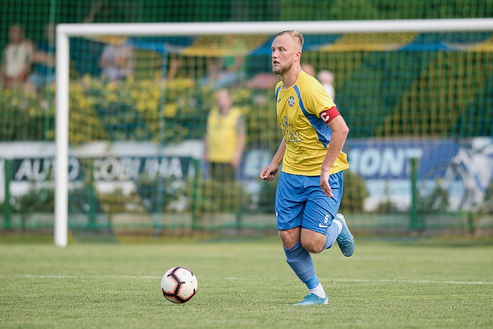 Fotbalisté Kozlovic (ve žlutém) doma porazili Bzenec 2:0. Alex Řehák