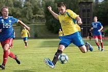 Fotbalisté Kozlovic (ve žlutém) v utkání ve Valašském Meziříčí.