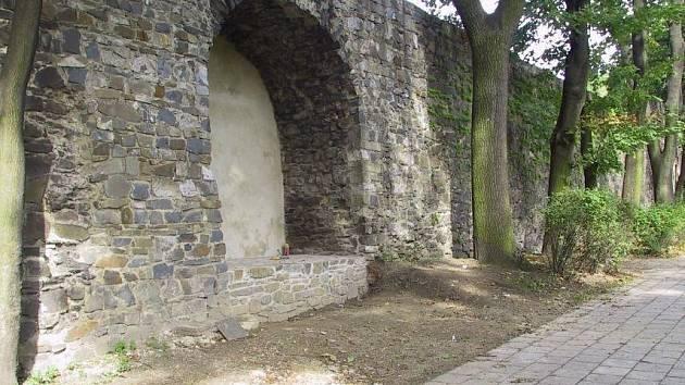 Výklenek v hradbách v ulici Komenského sady, ve kterém dříve stávala socha ponocného. Fotografie pochází z roku 2006, kdy byl výklenek opraven a připraven na osazení kované plastiky Otevřená brána