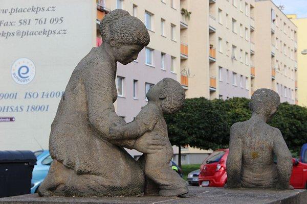 Sochařské dílo skašnou mezi ulicemi Pod Valy a Kozlovská je poplatné době svého vzniku.