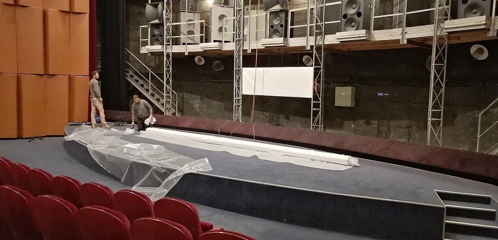 V přerovském kině Hvězda probíhá výměna plátna a dorazil i nový projektor.