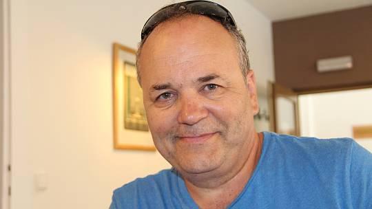 Lubomír Dostál z Přerova je známý jako autor kreslených vtipů, ale jezdí i po školách a školkách, aby děti učil malovat. Píše i básně.