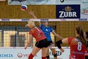 Volejbalistky Přerova (v modrém) proti TJ Ostrava