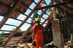 Přerovští dobrovolní hasiči pomáhají v obci Hrušky, kterou zasáhlo ničivé tornádo.