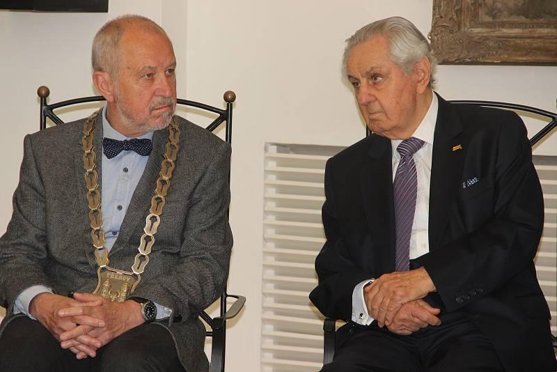 Primátor Vladimír Puchalský při udělení čestného občanství Paulu Rausnitzovi, majiteli společnosti Meopta (vpravo)