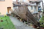 Poničené střechy rodinných domů, vyvrácené stromy a trámy, které se rozletěly jako třísky do okolí. Tak to vypadalo v pátek odpoledne v Uhřičicích na Kojetínsku, kterými se prohnala silná vichřice